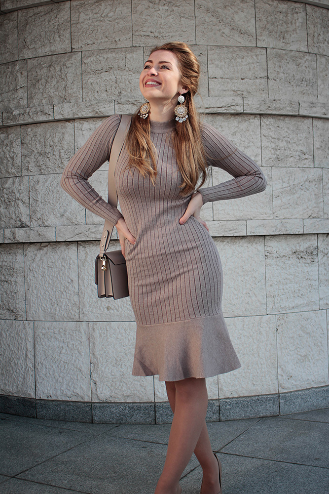 d10c551fb965 OUTFIT DETAILS  Šaty – SHATY béžové svetrové šaty